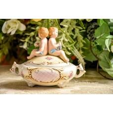 BISKVITINIO porceliano, rankų darbo, dėžutė