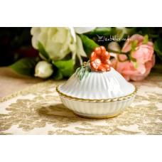 HACKEFORS balto porceliano, rankomis dekoruota dėžutė